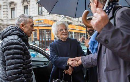 La senatrice a vita Liliana Segre accompagnata da due uomini della scorta davanti al Teatro alla Scala, Milano, 7 Novembre 2019. ANSA/ CLAUDIA GRECO