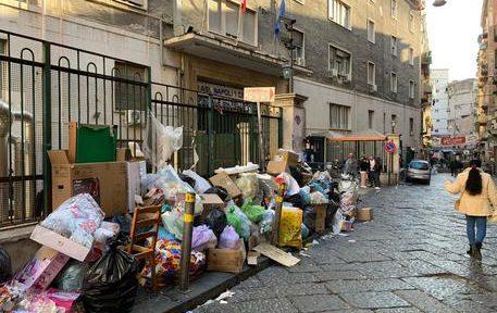 Ospedale Vecchio Pellegrini assediato dai rifiuti