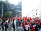 La manifestazione dei sindacati di base e di alcune associazioni sotto palazzo Lombardia, sede della Regione, Milano, 27 maggio 2020. ANSA / MATTEO BAZZI