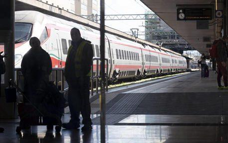 Stazione Termini mascherine sui volti delle persone e treni in arrivo da Milano vuoti,  causa la diffusione del virus. 8 marzo 2020ANSA/MASSIMO PERCOSSI
