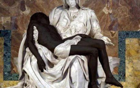 Un messaggio contro ogni tipo di razzismo arriva dalla Pontificia Accademia per la Vita che ha twittato un fotomontaggio della Pietà di Michelangelo con Gesù dipinto di nero. Un'iniziativa che ha raccolto centinaia di like e retweet ma anche commenti al vetriolo, 14 settembre 2020.  ANSA / Immagine tratta dal profilo Twitter della Pontificia Accademia per la Vita  +++ATTENZIONE LA FOTO NON PUO' ESSERE PUBBLICATA O RIPRODOTTA SENZA L'AUTORIZZAZIONE DELLA FONTE DI ORIGINE CUI SI RINVIA+++   ++NO SALES; NO ARCHIVE; EDITORIAL USE ONLY++