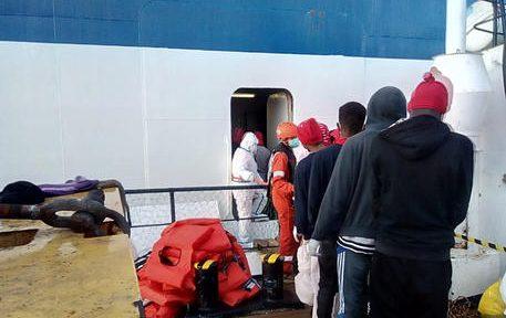 Il trasbordo sul traghetto Rubattino della Tirrenia dei migranti (149 in tutto)che erano a bordo della Alan Kurdi, la nave della Ong tedesca Sea Eye che li aveva raccolti due settimane fa nel Mediterraneo. I migranti resteranno in quarantena, sotto la sorveglianza sanitaria del personale della Croce Rossa Italiana, Palermo, 17 aprile 2020.  per diversi giorni la Alan Kurdi aveva navigato al largo delle coste siciliane in attesa dell'indicazione di un porto sicuro. Domenica scorsa il capo della Protezione Civile Angelo Borrelli aveva annunciato la decisione, su richiesta della ministra delle Infrastrutture e dei Trasporto Paola De Micheli, di individuare una nave per la quarantena in mare dei migranti. Ma la situazione era rimasta in una fase di stallo e ieri tre persone erano state evacuate per motivi di salute mentre un'altra aveva tentato il suicidio. Questa mattina la svolta, dopo un vertice operativo in Prefettura a Palermo con il sindaco, i responsabili della Croce Rossa, dell'Asp e della Protezione Civile sulla base delle indicazioni del Mit. ANSA/FRANCESCO NUCCIO