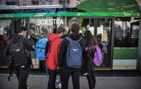 Studenti al termine della loro giornata di lezione ammassati per poter salire su un bus a una fermate della linea 90-91 senza poter rispettare le misure di distanziamento anticovid, Milano 12 ottobre 2020. Ansa/Matteo Corner