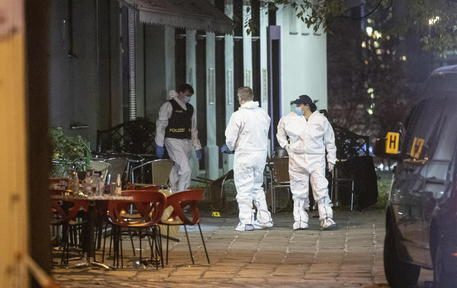 epa08794544 Crime scene investigators at work after multiple shootings in the first district of Vienna, Austria, 03 November 2020. According to recent reports, at least three persons are reported to have died and many are seriously injured in what officials treat as a terror attack which took place in the evening of 02 November.  EPA/CHRISTIAN BRUNA