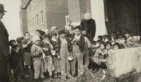 epa09236282 A handout photo made available by the National Centre for Truth and Reconciliation at the University of Manitoba reportedly shows children at the Kamloops Indian Residential School in Kamloops, British Columbia, Canada, in 1931 (issued on 29 May 2021). According to a statement issued by Chief Rosanne Casimir of the Tk'emlups te Secwépemc First Nation on 27 May 2021 a mass grave has been located at the site of the school that contains the bodies of 215 children whose deaths went undocumented. The school operated from 1890 through 1978 as a place to force youth from indigenous tribes into giving up their language and culture.  EPA/NATIONAL CENTER FOR TRUTH AND RECONCILIATION / HANDOUT BEST QUALITY AVAILABLE HANDOUT EDITORIAL USE ONLY/NO SALES