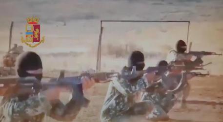 Un 24enne foreign fighter italiano che ha combattuto con alcuni gruppi terroristici affiliati ad Al Quaeda in Siria e Iraq è stato arrestato dalla Polizia in Turchia al termine di un'indagine iniziata nel 2015 dall'Antiterrorismo e dalla Digos di Pescara, 20 gennaio 2021. Destinatario di un'ordinanza di custodia cautelare emessa nel 2017, il 24enne è stato rintracciato nei pressi di Idlib, in Siria. Grazie alla collaborazione delle autorità turche e degli uomini dell'Aise, il giovane è stato trasferito ad Hatay dove è stato preso in consegna dalle nostre autorità di polizia.   ANSA / us Polizia di Stato  +++ ANSA PROVIDES ACCESS TO THIS HANDOUT PHOTO TO BE USED SOLELY TO ILLUSTRATE NEWS REPORTING OR COMMENTARY ON THE FACTS OR EVENTS DEPICTED IN THIS IMAGE; NO ARCHIVING; NO LICENSING +++