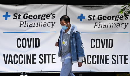 A man enters a Covid-19 vaccination centre in London, Britain, 01 June 2021. The UK government is pushing ahead with its vaccination program in its fight against the Delta variant that continues to spread across England. ANSA/ANDY RAIN