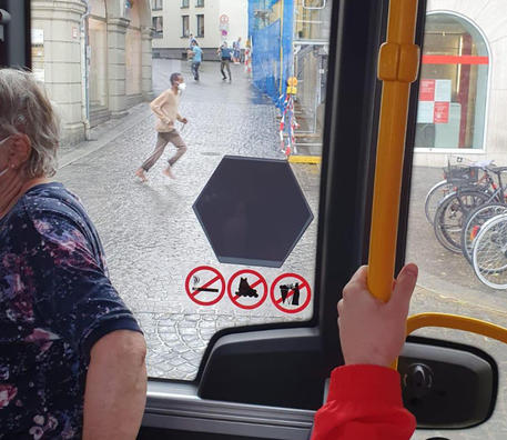 Prime immagini sui social dell'attacco con coltello avvenuto a Wurzburg, in Baviera, 25 giugno 2021. I video postati riprendono il presunto attentatore, un uomo di colore vestito con un pantalone ed una maglietta a maniche lunghe beige, brandire un coltello mentre alcune persone tentano di fermarlo.   ANSA / stringer